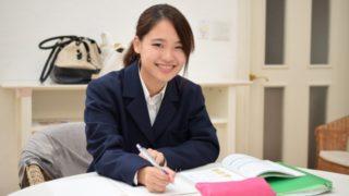 塾で授業を受ける女子校生